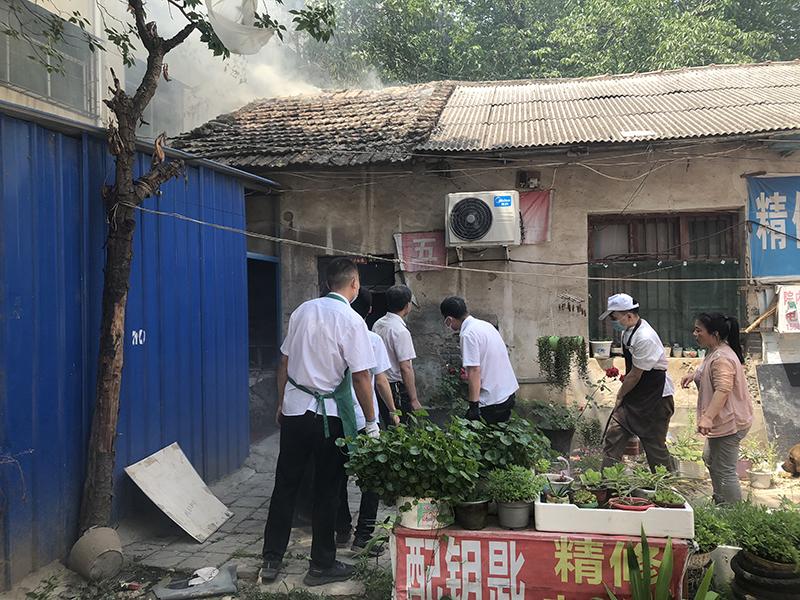 3024 马京 摄  紧急灭火队我们是社区好邻居,远亲不如近邻,你事您说话;5月20日行政干部发现附近邻居家冒浓烟疑似失火,紧急召集灭火小组成员协助邻居灭火2.jpg