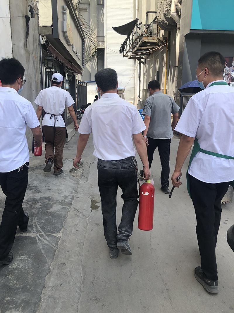 3024 马京 摄 紧急灭火队我们是社区好邻居,远亲不如近邻,你事您说话;5月20日行政干部发现附近邻居家冒浓烟疑似失火,紧急召集灭火小组成员协助邻居灭火3.jpg