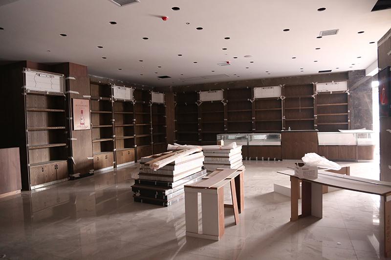 总部 李放 麒麟首府店开业在即,一楼开始货架安装,二三层各服装、电器专厅开始装修,外立面部分灯箱已到位7.jpg