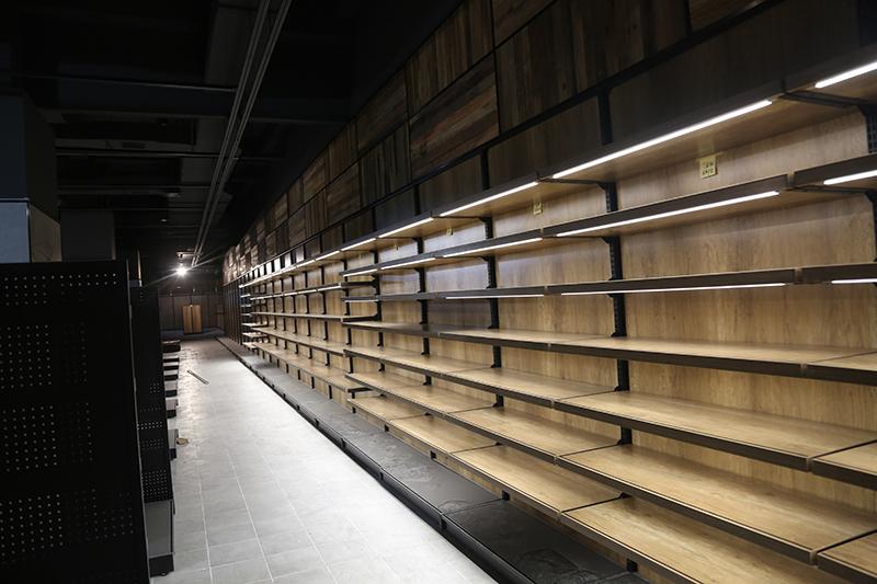 总部 李放 麒麟首府店开业在即,一楼开始货架安装,二三层各服装、电器专厅开始装修,外立面部分灯箱已到位4.jpg