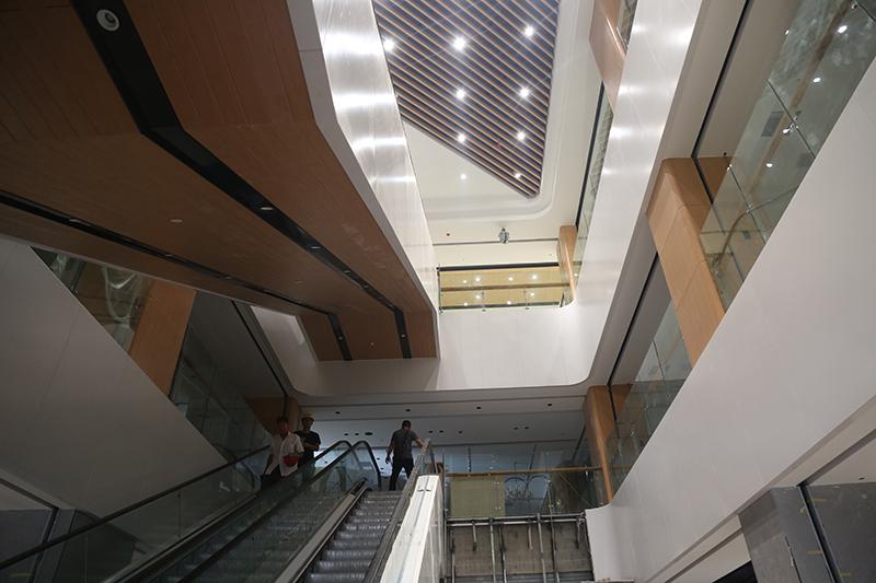 总部 李放 麒麟首府店开业在即,一楼开始货架安装,二三层各服装、电器专厅开始装修,外立面部分灯箱已到位5.jpg