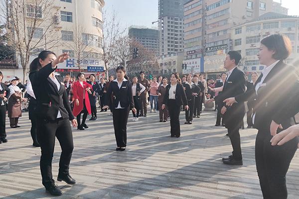 3028社旗店店长倪正瑞亲自带员工跳舞 拷贝.jpg