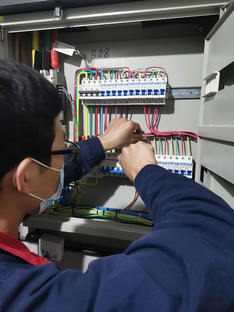 3019店郑翠拍设备工的日常巡检,用电安全的守护者.jpg