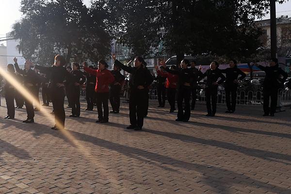 3025邓二每天早上练舞蹈。 拷贝.jpg