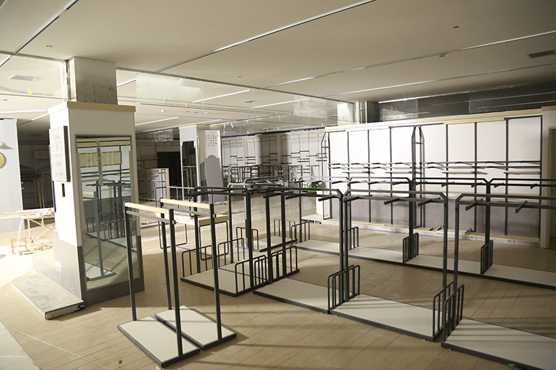 总部 李放 麒麟首府店开业在即,一楼开始货架安装,二三层各服装、电器专厅开始装修,外立面部分灯箱已到位3.jpg