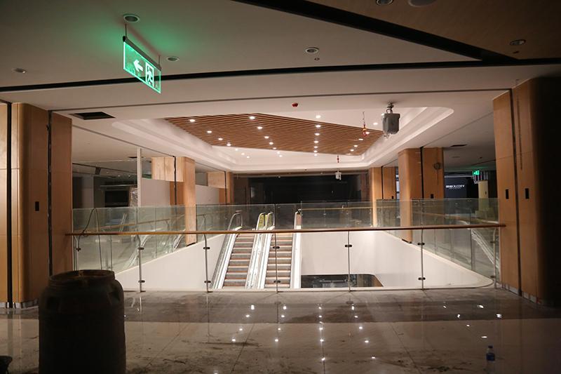 总部 李放 麒麟首府店开业在即,一楼开始货架安装,二三层各服装、电器专厅开始装修,外立面部分灯箱已到位.jpg